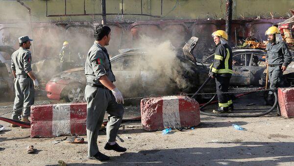 Афганские полицейские осматривают место взрыва в городе Джалалабад, Афганистан. 1 июля 2018