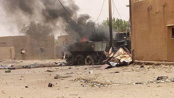 Бронированная машина дымится после взрыва в Гао, северо-западный Мали. 1 июля 2018