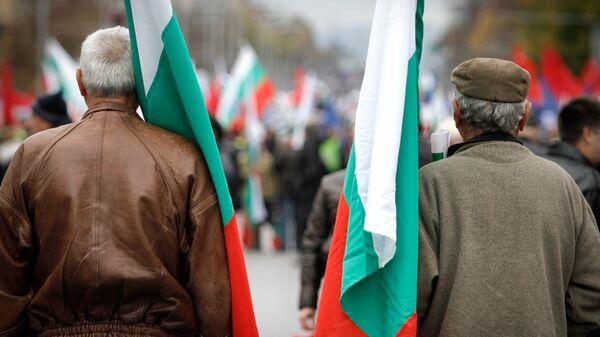 Мужчины с флагами Болгарии во время митинга в Софии