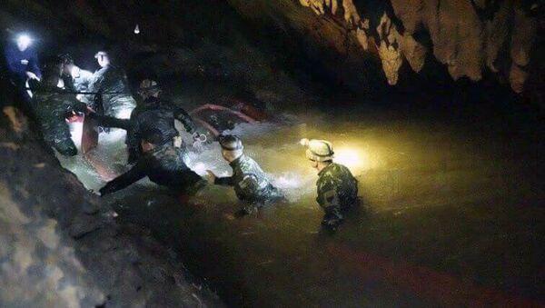 Тайская спасательная команда в пещерном комплексе, где 12 мальчиков и их тренер по футболу пропали без вести, в провинции Мае Саи на севере Таиланда. 2 июля 2018