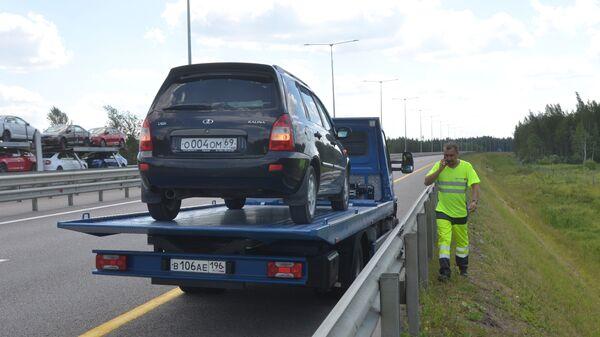 Эвакуация сломанного автомобиля на трассе М-11
