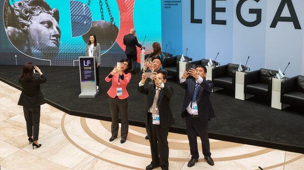 Посетители на Петербургском международном юридическом форуме в Санкт-Петербурге