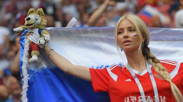 Болельщица сборной России перед матчем 1/8 финала чемпионата мира по футболу между сборными Испании и России