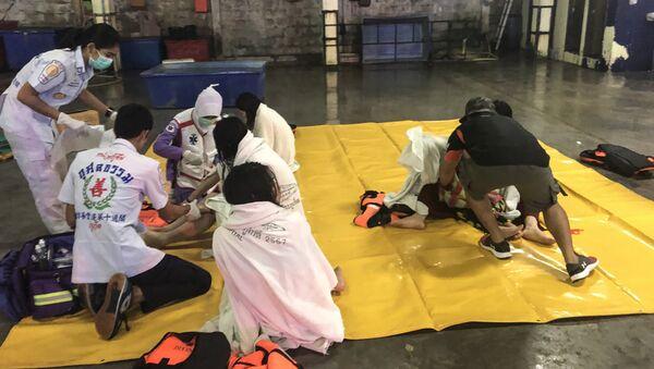 Спасатели и медики оказывают помощь пассажирам перевернувшейся туристической лодки на Пхукете, Таиланд. 5 июля 2018