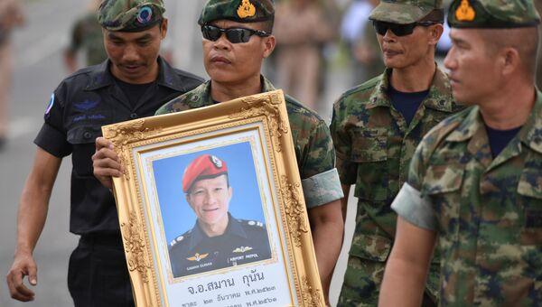 Портрет 38-летнего Самарна Пунана, погибшего во время операции по спасению детей из пещеры в Таиланде. 6 июля 2018