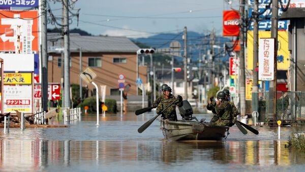 Спасатели во время спасательных работ на затопленной территории в Курасики, Япония. 8 июля 2018
