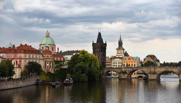 Карлов мост и Староместская мостовая башня в Праге. Архивное фото