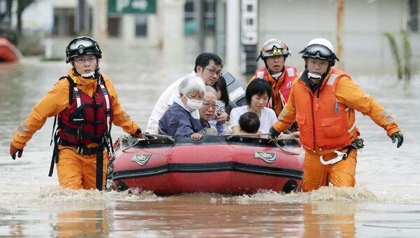 Спасатели эвакуируют жителей из Курасики, префектура Окаяма, Япония. 8 июля 2018 года