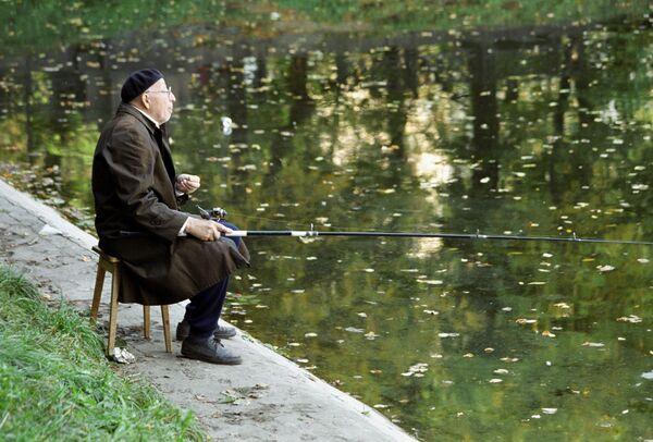 Рыболов-любитель на Патриарших прудах