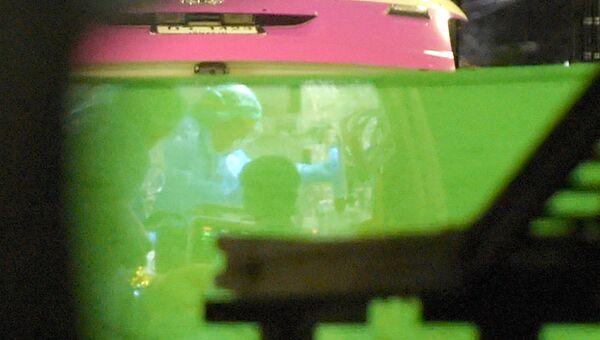 Машина скорой помощи, задействованная в экстренной эвакуации члена детской футбольной команды, просматривается через зеленый брезент по прибытии в больницу в северном тайском городе Чианг Рай. 9 июля 2018