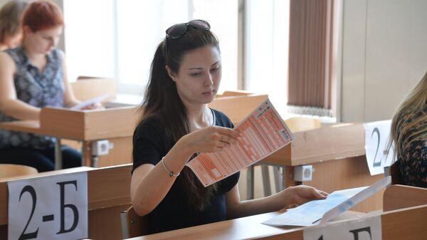 Ученики во время единого государственного экзамена по литературе в средней общеобразовательной школе