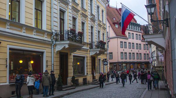 Флаг России на одном из зданий в Старом городе в Таллине