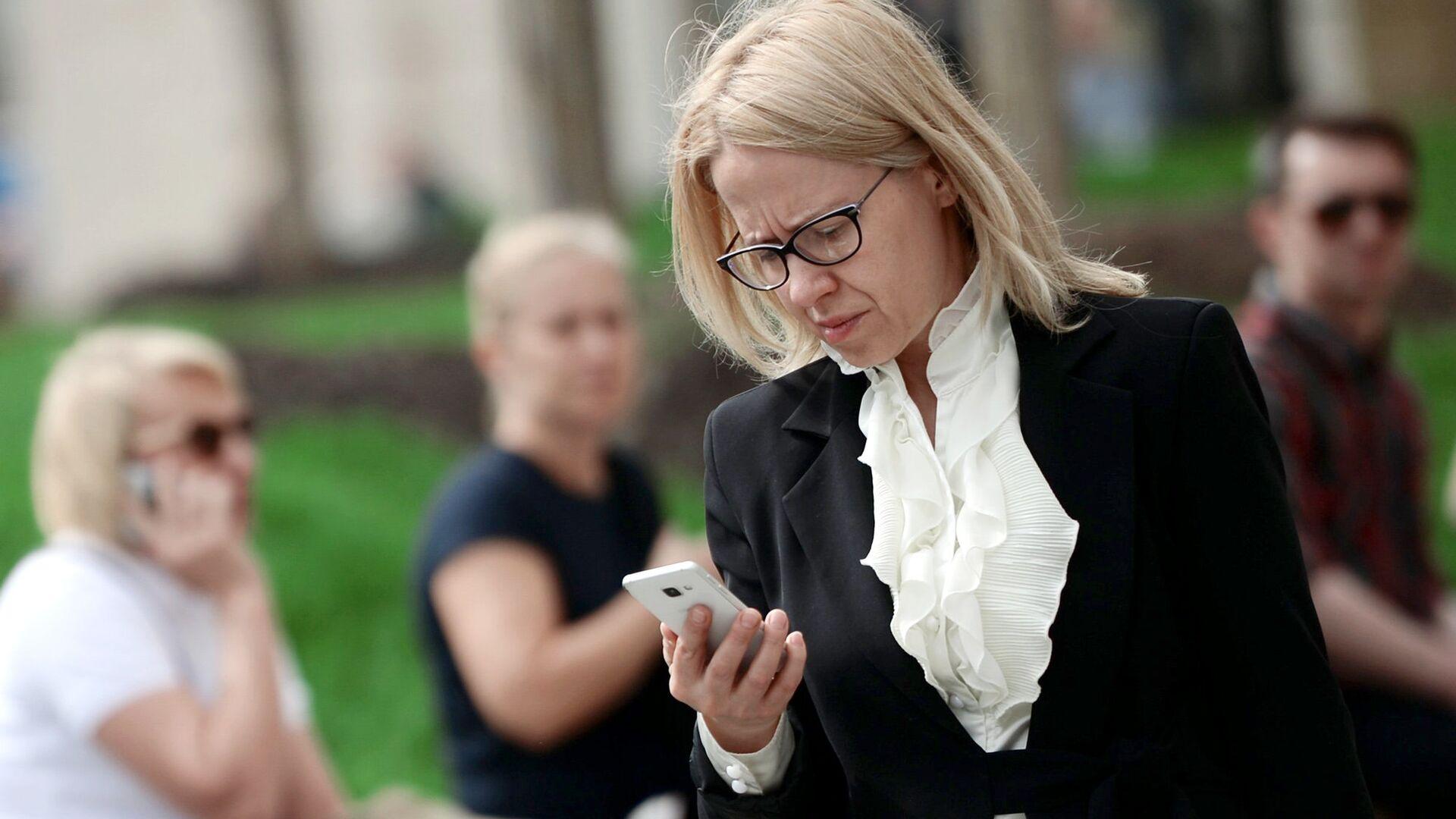 Женщина с мобильным телефоном  - РИА Новости, 1920, 21.07.2021