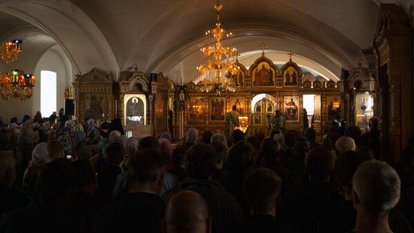 Верующие во время вечерней службы в Спасо-Преображенском соборе в день церковного празднования памяти валаамских чудотворцев преподобных Сергия и Германа
