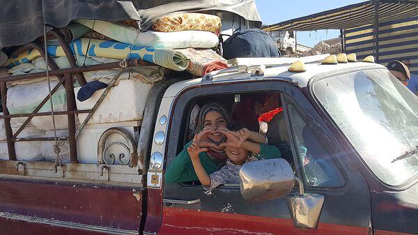 Сирийцы уезжают из лагеря для беженцев