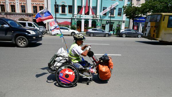 Алексей Костюченко едет по центральной улице Владивостока