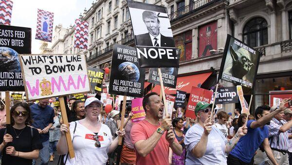 Участники акции против визита президента США Дональда Трампа в Великобританию на Площади Парламента в Лондоне. 13 июля 2018