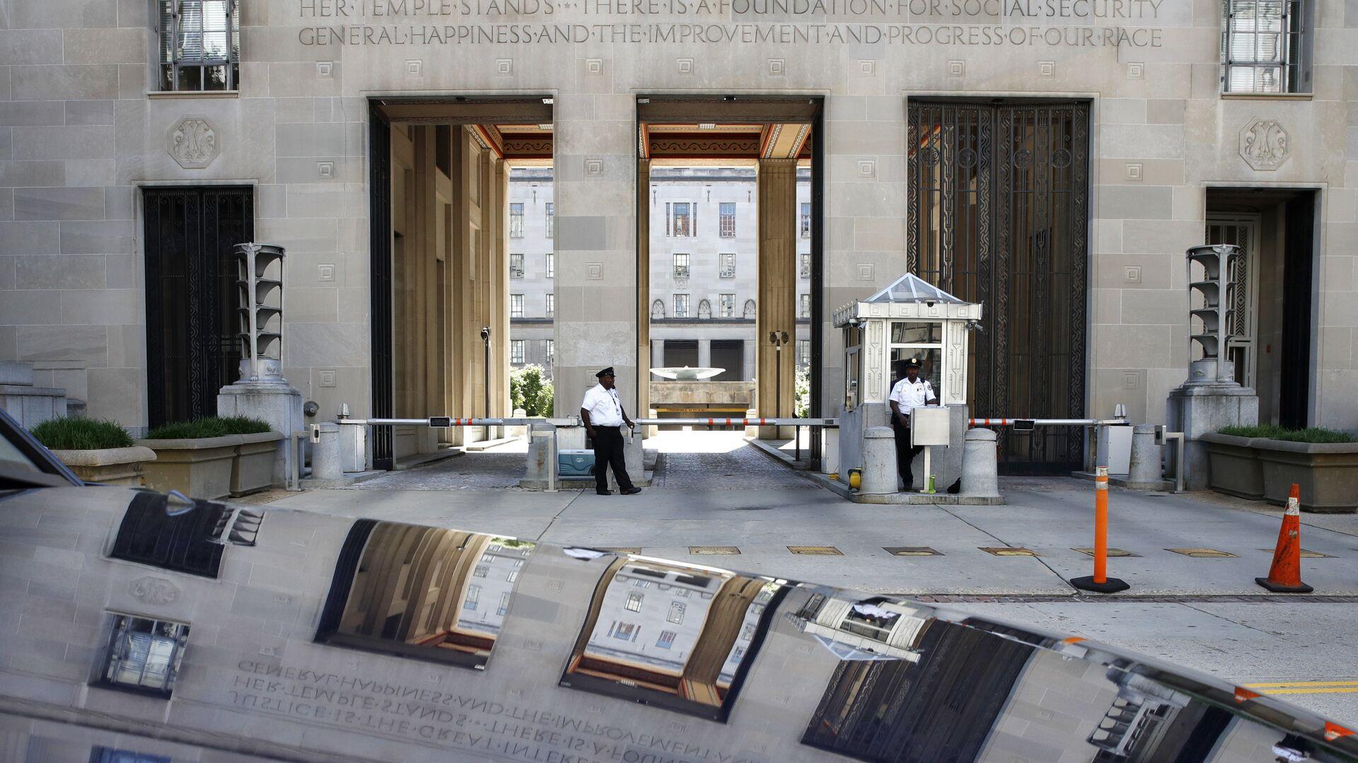 Сотрудники службы безопасности перед зданием Министерства Юстиции США - РИА Новости, 1920, 15.06.2021