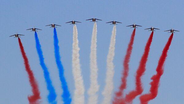 Самолеты французской пилотажной группы Patrouille de France во время традиционного военного парада в честь Дня взятия Бастилии в Париже.  14 июля 2018