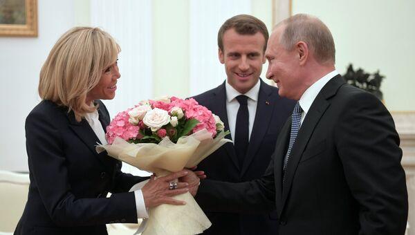 Владимир Путин и президент Франции Эммануэль Макрон с супругой Брижит во время встречи. 15 июля 2018
