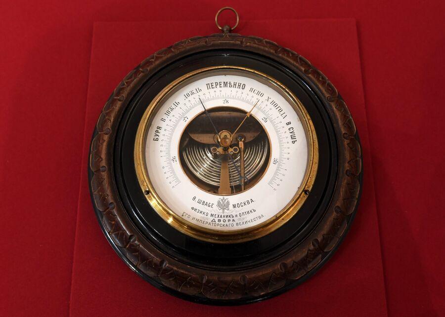 Барометр, принадлежавший членам царской семьи, в музее святой царской семьи в Екатеринбурге