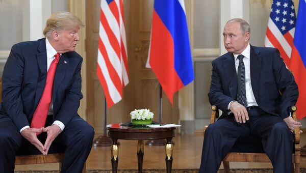 Президент РФ Владимир Путин и президент США Дональд Трамп во время встречи в президентском дворце в Хельсинки. Архивное фото