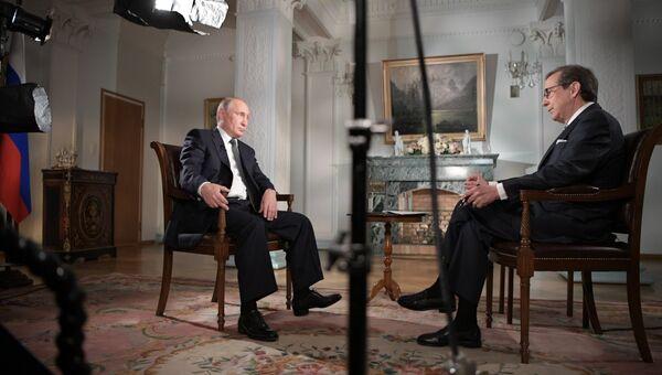 Президент РФ Владимир Путин и ведущий телеканала Fox News Крис Уоллес во время интервью в Хельсинки. Архивное фото