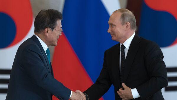 Президент РФ Владимир Путин и президент Республики Корея Мун Чжэ Ин во время пресс-конференции по итогам встречи в Кремле. 22 июня 2018