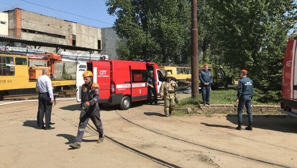 Сотрудники МЧС на месте взрыва баллона с пропаном в промышленной зоне в Калининском районе Санкт-Петербурга. 17 июля 2018