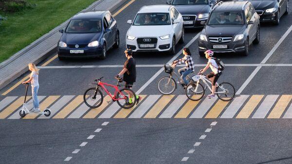 Велосипедисты едут по пешеходному переходу