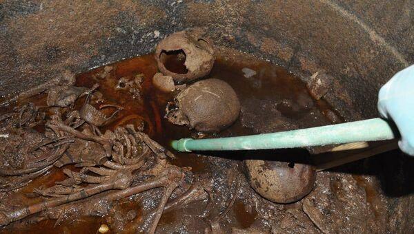 Фрагменты поврежденных мумий, найденные в черном саркофаге в Александрии. 19 июля 2018