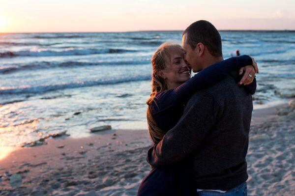 Влюбленные на берегу поселка Оленевка во время фестиваля Крым-eXstreme