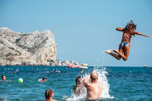 Отдыхающие купаются в Черном море в Судаке