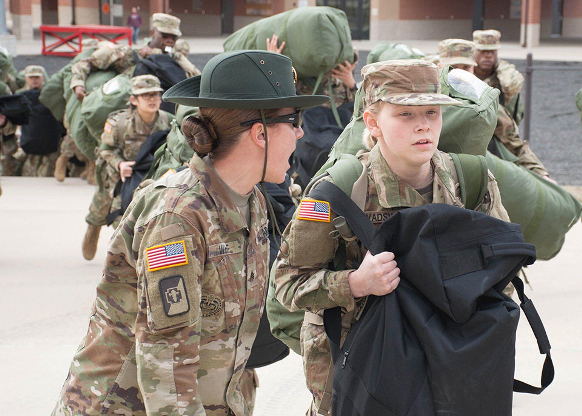 Уорлд-сержант армии США тренирует новобранца новобранца во время учений в Форте Леонард Вуд, штат Миссури, США. 31 января 2017  - РИА Новости, 1920, 28.01.2021