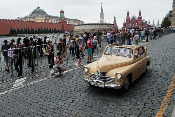 Экипаж на автомобиле «Победа» ГАЗ-М-20Б в гонке ГУМ-авторалли Gorkyclassic - 2018 на Красной площади в Москве