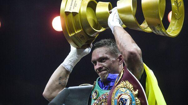 Александр Усик после победы в финальном бою Всемирной боксерской суперсерии в первом тяжелом весе за звание абсолютного чемпиона мира против Мурата Гассиева