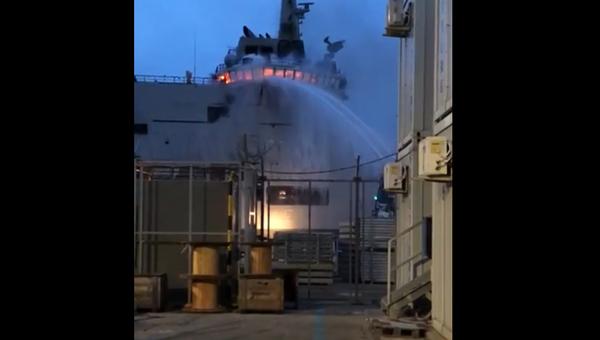 Пожар на новейшем корабле ВМС Италии попал на видео