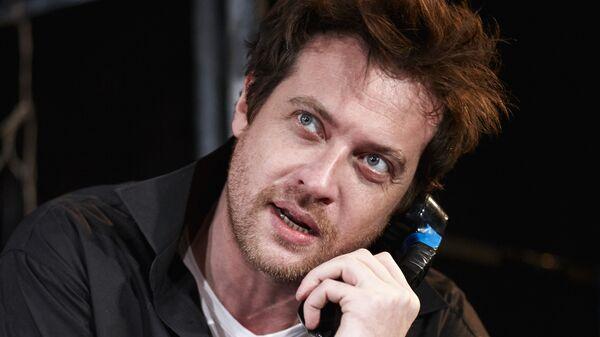 Кирилл Сафонов в спектакле Двое на качелях на сцене Московского театра Современник