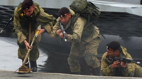 Высадка подразделения морской пехоты Тихоокеанского флота с борта десантного катера