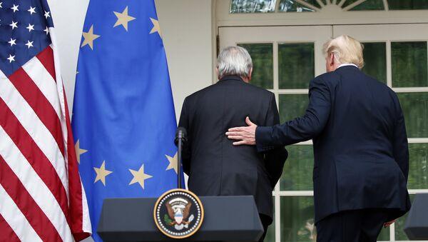 Председатель Европейской комиссии Жан-Клод Юнкер и президент США Дональд Трамп после пресс-конференции в Розовом саду Белого дома, Вашингтон, США. 25 июля 2018