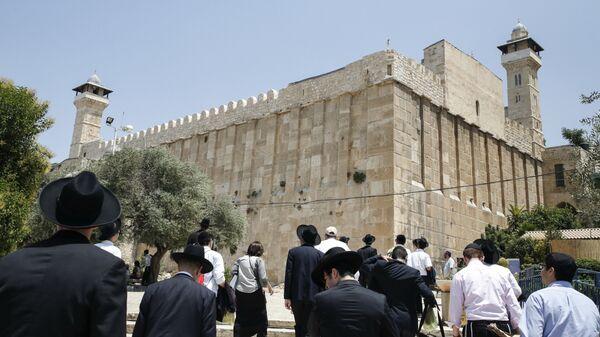 Жители Израиля и туристы возле Пещеры Патриархов в городе Хеврон