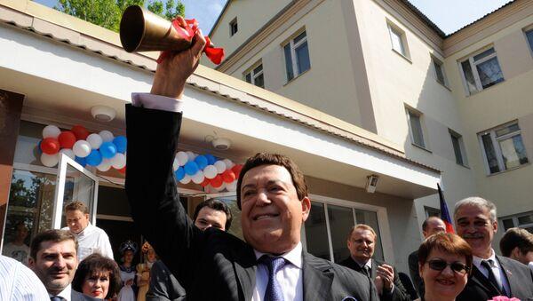Первый заместитель председателя комитета Государственной Думы РФ по культуре, певец Иосиф Кобзон в Донецке во время посещения общеобразовательной школы № 47, где состоялся праздник Последний звонок