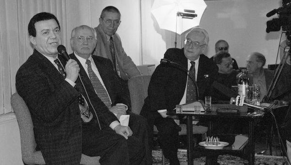 Бывший президент СССР Михаил Горбачев и главный редактор Общей газеты Егор Яковлев слушают Народного артиста Иосифа Кобзона в гостиной редакции Общей газеты 1993 год