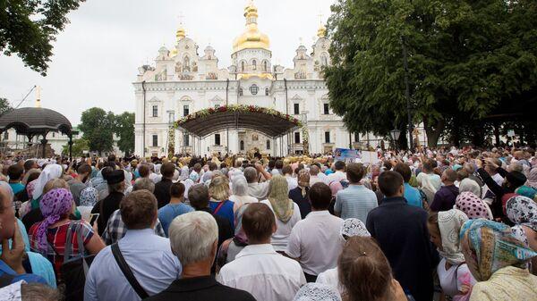 Участники Крестного хода, посвященного 1030-летию Крещения Руси, в Киево-Печерской лавре в Киеве
