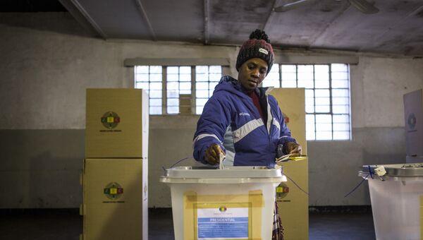 Женщина на избирательном участке в поселке Макокоба во время всеобщих выборов в Зимбабве. Архивное фото