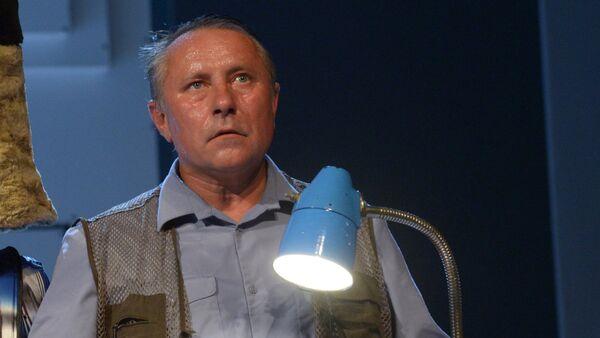 Актер Сергей Шеховцов в роли милиционера Бузунько в сцене из спектакля ГенАцид. Деревенский анекдот