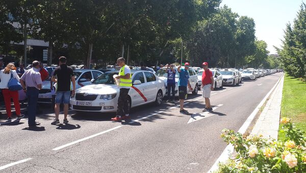 Бастующие против Uber мадридские таксисты заблокировали одну из центральных улиц города