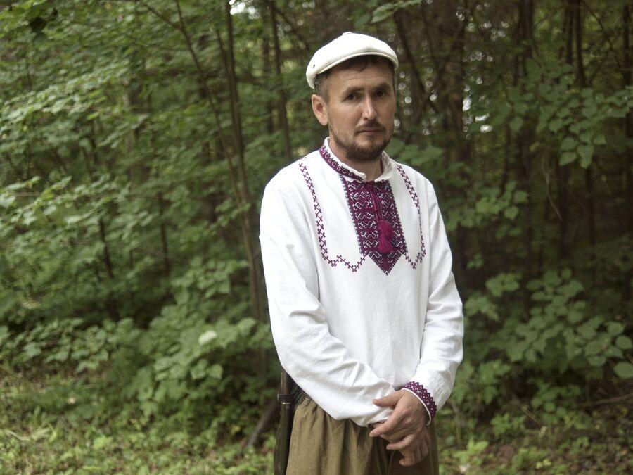 Житель села Шоруньжа в национальном костюме на празднике Сярем