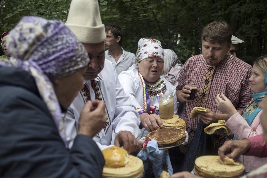 Жители села Шоруньжа во время ритуальной трапезы на празднике Сярем