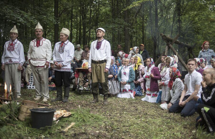 Жители села Шоруньжа во время молитвы очищения у священного дерева (онапу) на празднике Сярем